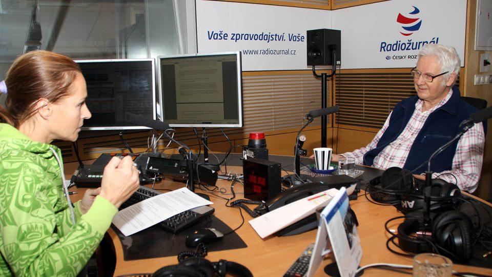 Milan Hejný s moderátorkou Lucií Výbornou ve studiu Radiožurnálu