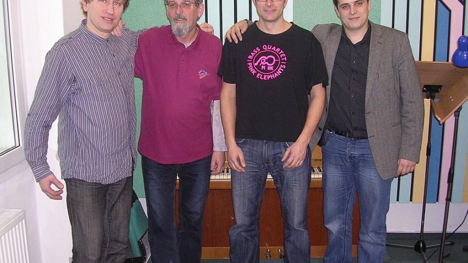 Pink Elephants - kontrabas kvarteto Hradec Králové - ve studiu Českého rozhlasu Hradec Králové spolu s moderátorem Františkem Mifkem