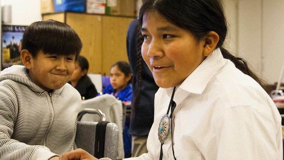 Mladí Navahové ve škole