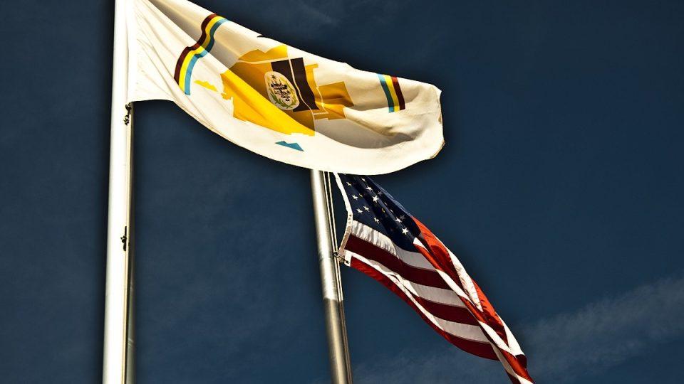 Navažská vlajka vlaje vedle americké