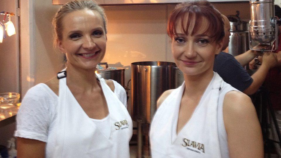 Monika s Lucií vaří v Chile české pivo