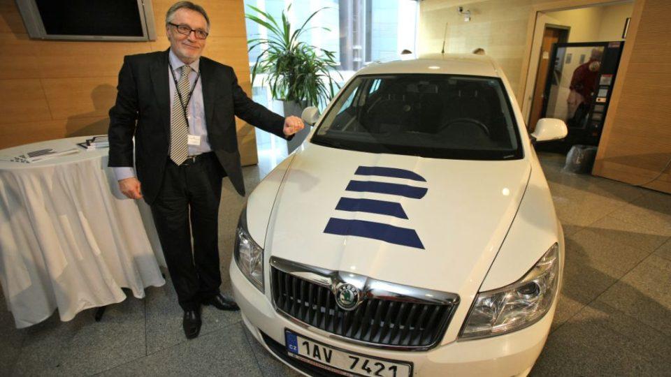 Peter Duhan představuje automobil s novým logem
