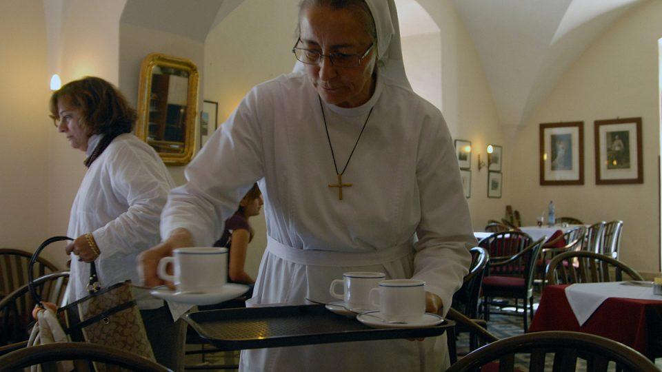 Sestra Bernadette je zástupkyní šéfa hospicu, každý den je však vidět při obsluhování hostů