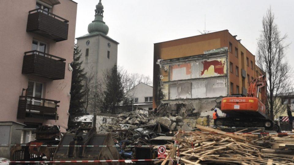 Demolice domu poničeného výbuchem ve Frenštátě pod Radhoštěm