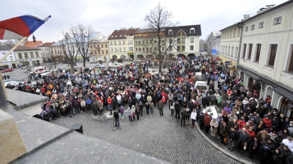 Za oběti výbuchu paneláku ve Frenštátě pod Radhoštěm se konala na náměstí ekumenická bohoslužba