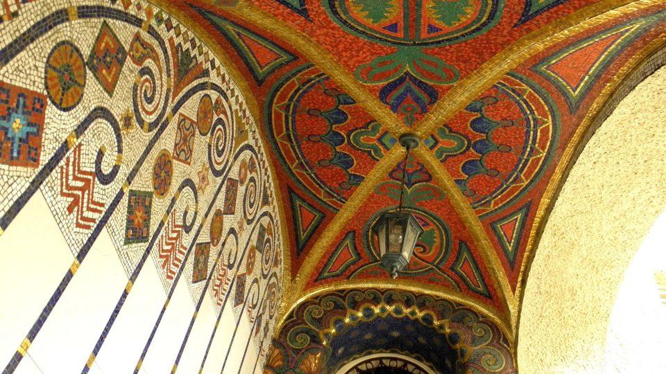 Mozaikový strop nad schodištěm vedoucím do vily