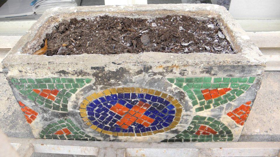 Květináče ozdobené mozaikou