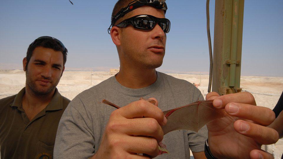 Zoolog Eran Amichaj se zabývá netopýry na Telavivské univerzitě, za terénní prací jezdí na jordánskou hranici