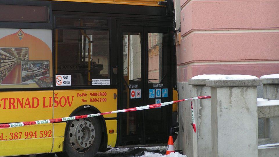 Autobus vyjel v Českých Budějovicích mimo křižovatku a naboural do hlavní pošty