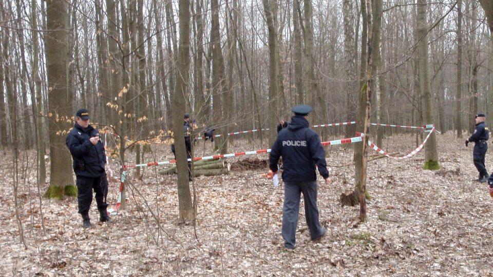 Policisté místo nálezu dělostřelecké miny ohraničili páskou