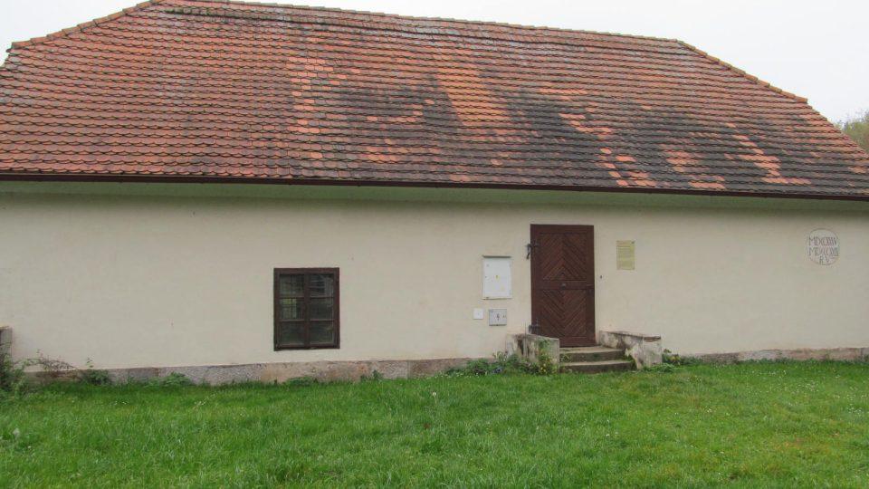 Nenápadná stavba u řeky Vltavy a hlavní silnice v Hluboké nad Vltavou – vodárna pro zámeckou zahradu