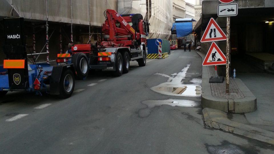 Divadelní ulice v Praze je den po výbuchu plynu v domě č. 5 stále uzavřená