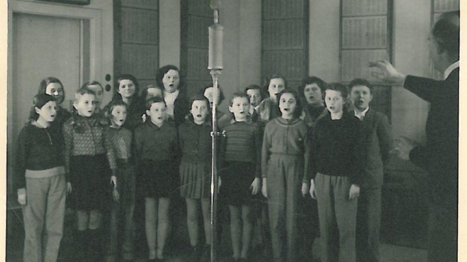V roce 1953 založili tehdy mladí a zapálení členové českobudějovické rozhlasové rodiny pěvecký soubor složený z asi třiceti nadaných dětí