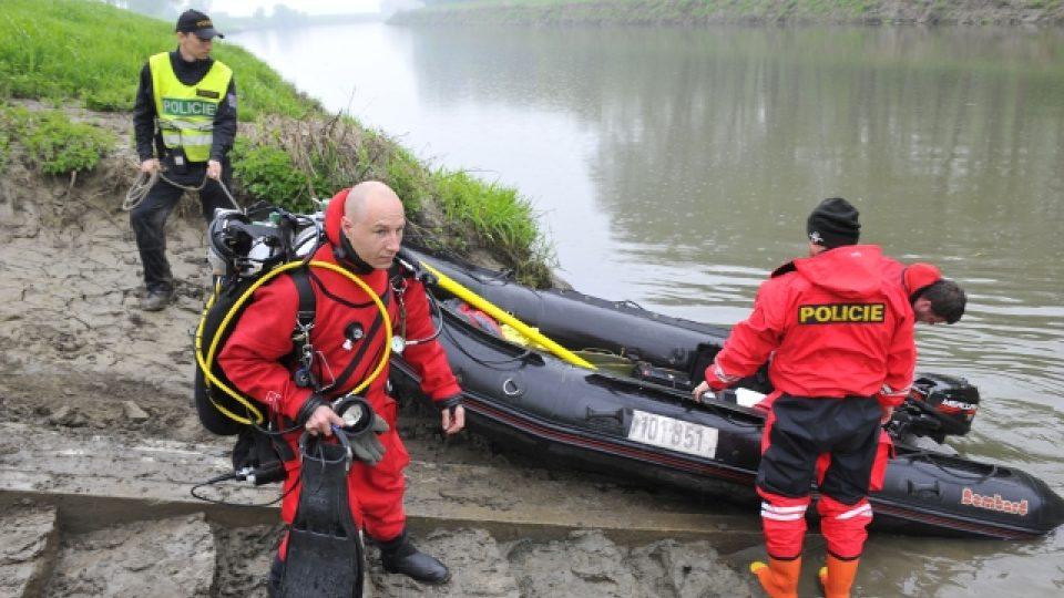 Hasiči a policisté na řece Moravě u Hodonína pátrají po dvou dospělých s dítětem