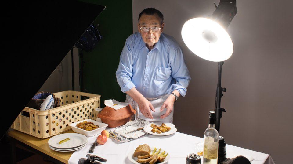 Jaroslav Řešátko připravuje jídlo pro focení