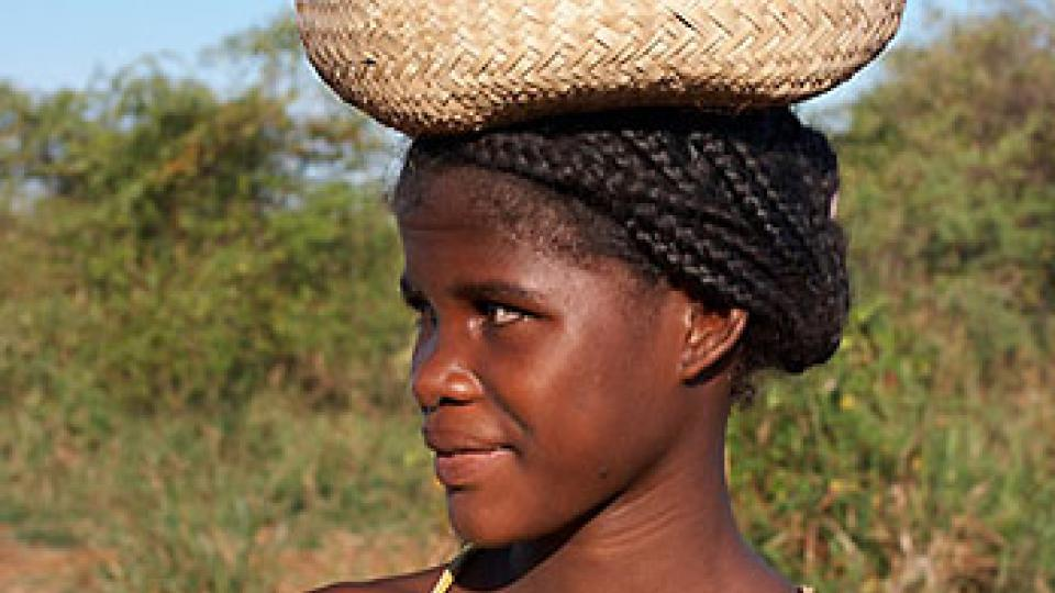 Na vanilkový ostrov Madagaskar za usměvavými lidmi - žena s košem