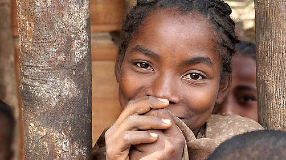Na vanilkový ostrov Madagaskar za usměvavými lidmi - malgašská dívka