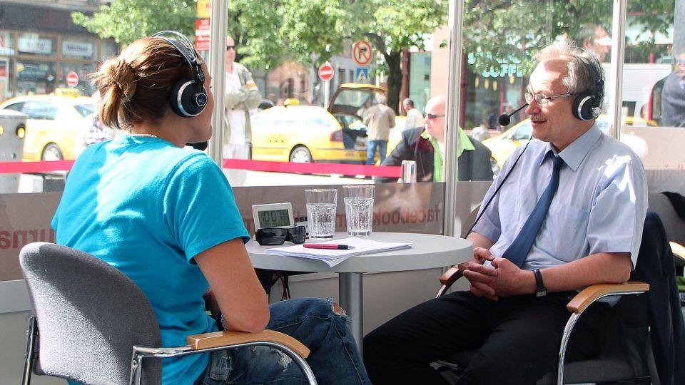 Lucie Výborná s Petrem Tláskalem v proskleném studiu na Václavském náměstí v Praze