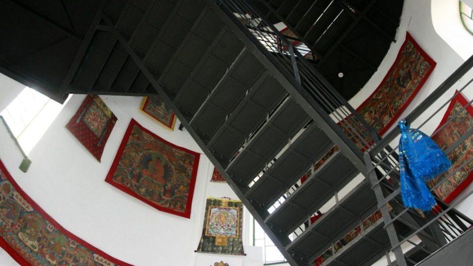 Slavnostní otevření Vodárenské věže v Třeboni. V prostorách věže vznikla Galerie mongolského buddhistického umění. V sousedící budově investor založil Asijské kulturní centrum