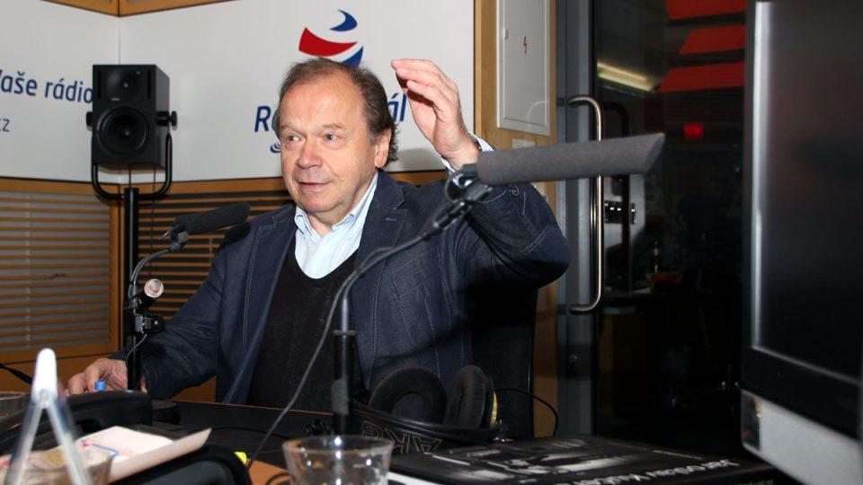 Fotograf Jaroslav Kučera ve studiu Radiožurnálu