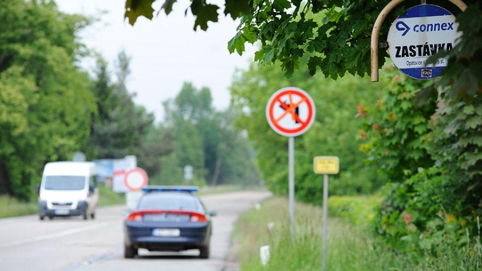Opatovice nad Labem - k zastávce vede přechod, který dříve nebylo kvůli dopravě téměř možné přejít
