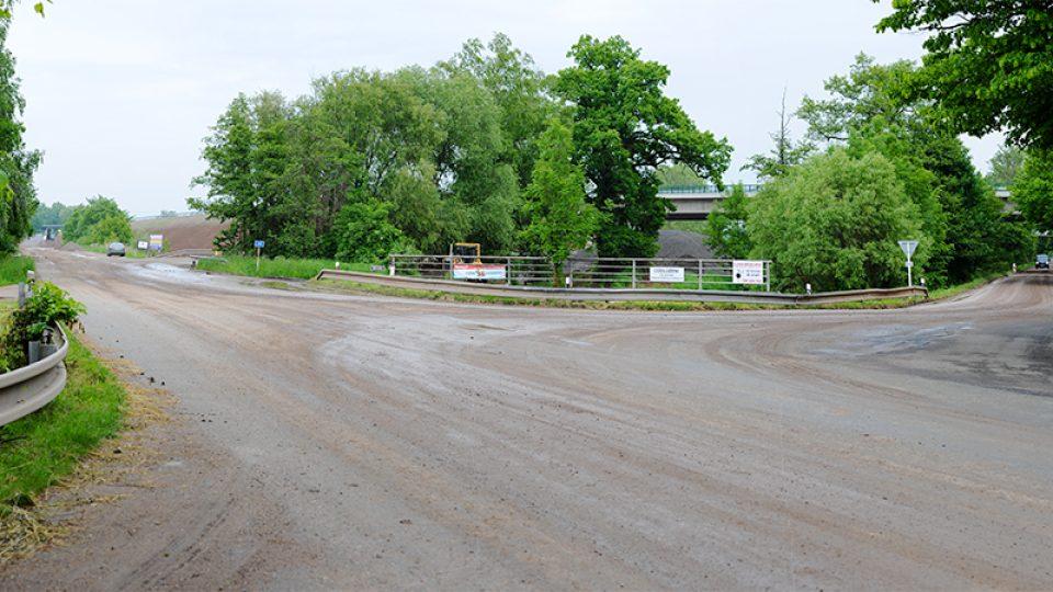 Z vedlejší silnice se vyjíždělo v hustém provozu velmi těžko, teď zeje křižovatka prázdnotou