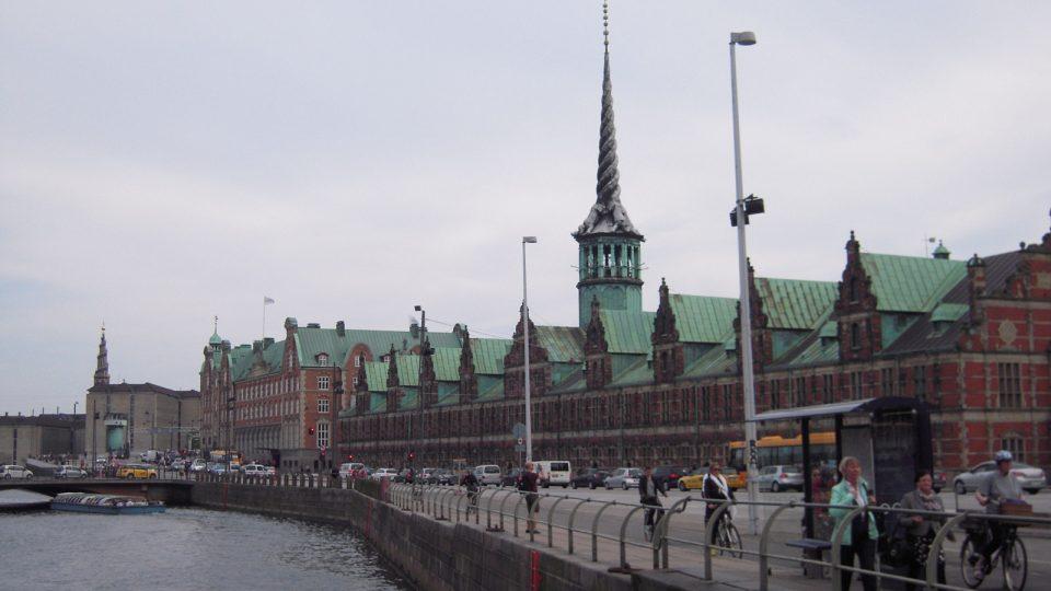 Dům Reginy Olsenové je také stržen - stával na místě dnešního cihlového vedle Kodaňské burzy (s věží v popředí)