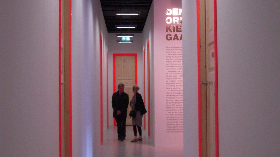 Výstava Kierkegaardových rukopisů v Královské knihovně je koncipována jako dům s naddimenzovanými dveřmincipov+ína jako d+»m s naddimenzovan+Żmi dve+Ömi.JPG