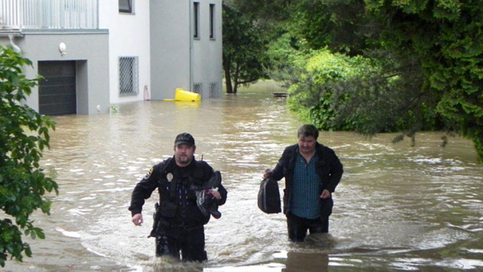 Strážník Pavel Havránek pomáhá při evakuaci
