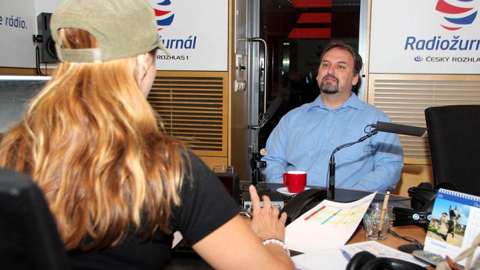 Policista Pavel Havránek s moderátorkou Lucií Výbornou ve studiu Radiožurnálu