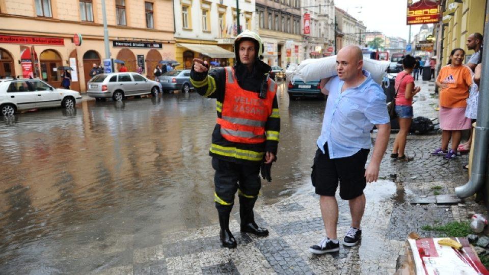 Hasiči zasahovali večer v pražské Sokolovské ulici zaplavené po přívalovém dešti