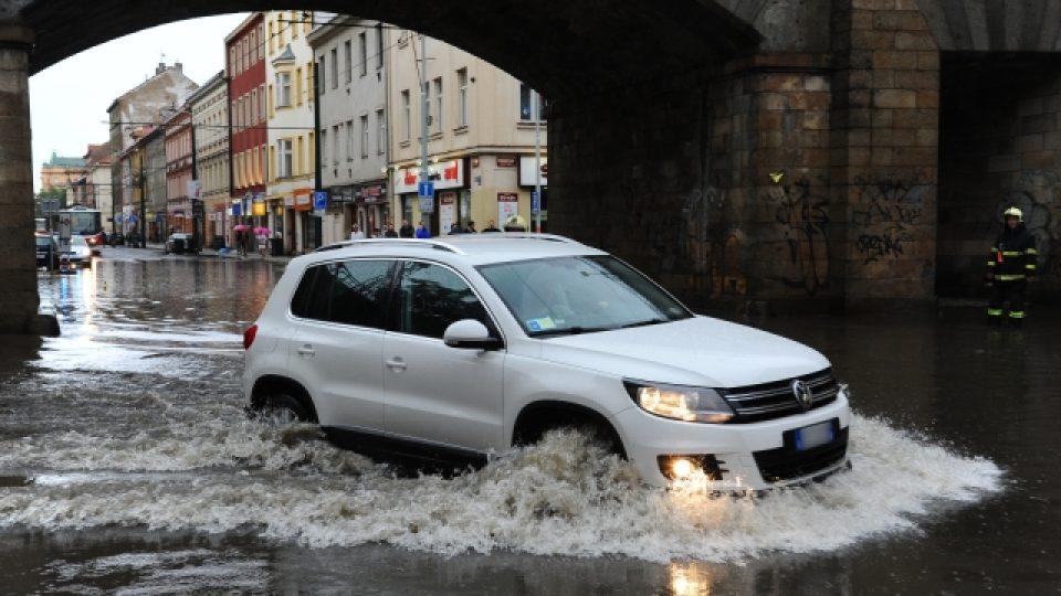 Pražskou Sokolovskou ulici zaplavil v podvečer po přívalovém dešti
