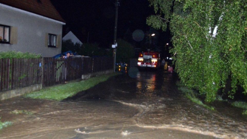 Voda z polí a lesů zaplavila večer po přívalovém dešti obec Vavřineč na Mělnicku