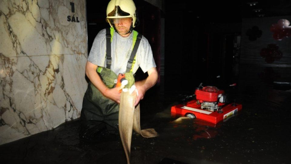 Hasiči odčerpávali vodu ze suterénu kina Atlas v Praze který včera v podvečer zaplaven po přívalovém dešti.