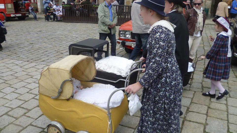 Ženy s historickými kočárky