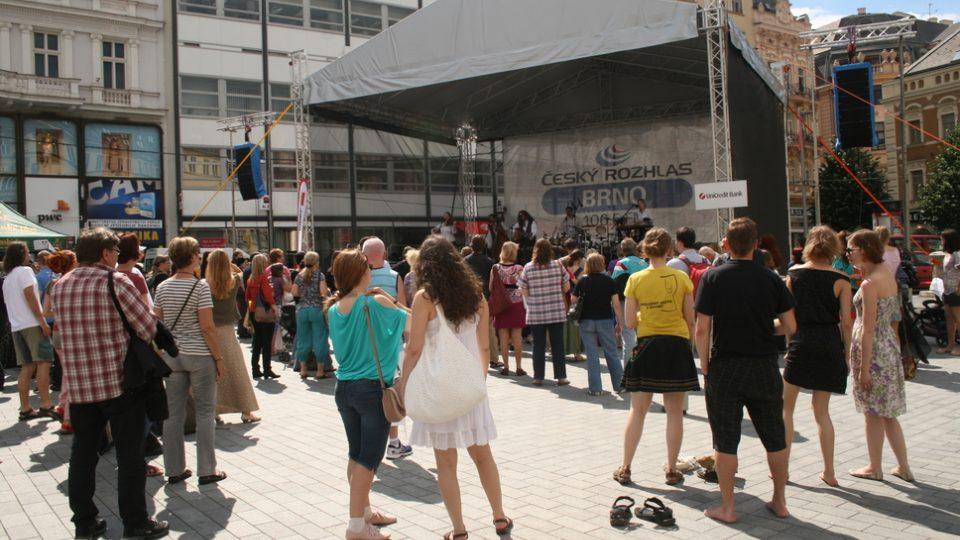Zaplněné náměstí při koncertu