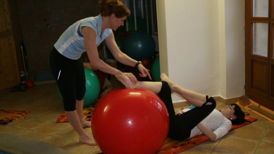 Cvičení budoucí maminky s míčem