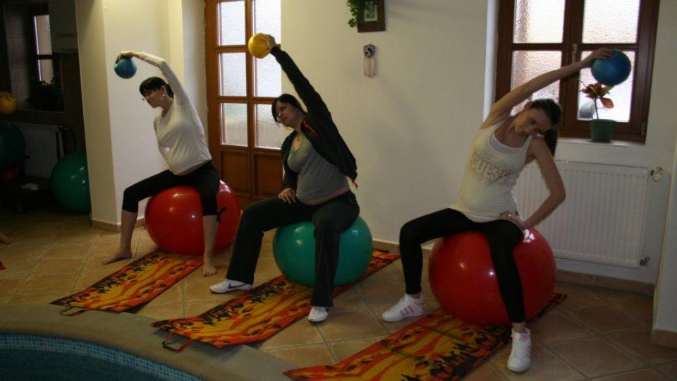 Cvičení budoucích maminek na míčích