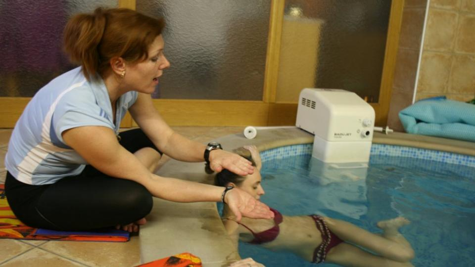 Pavla Hájková instuuje budoucí maminku, jak správně cvičit ve vodě