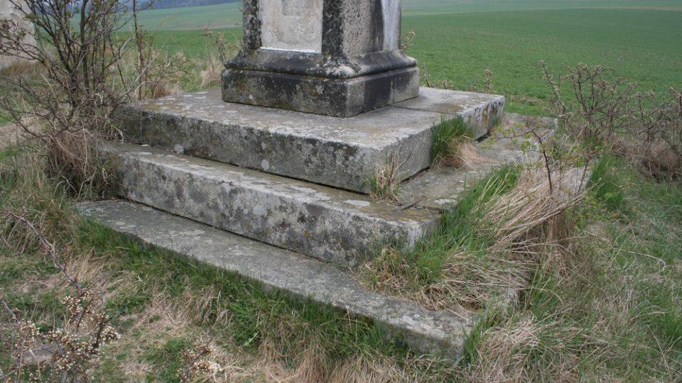 Detail paty kříže před opravou