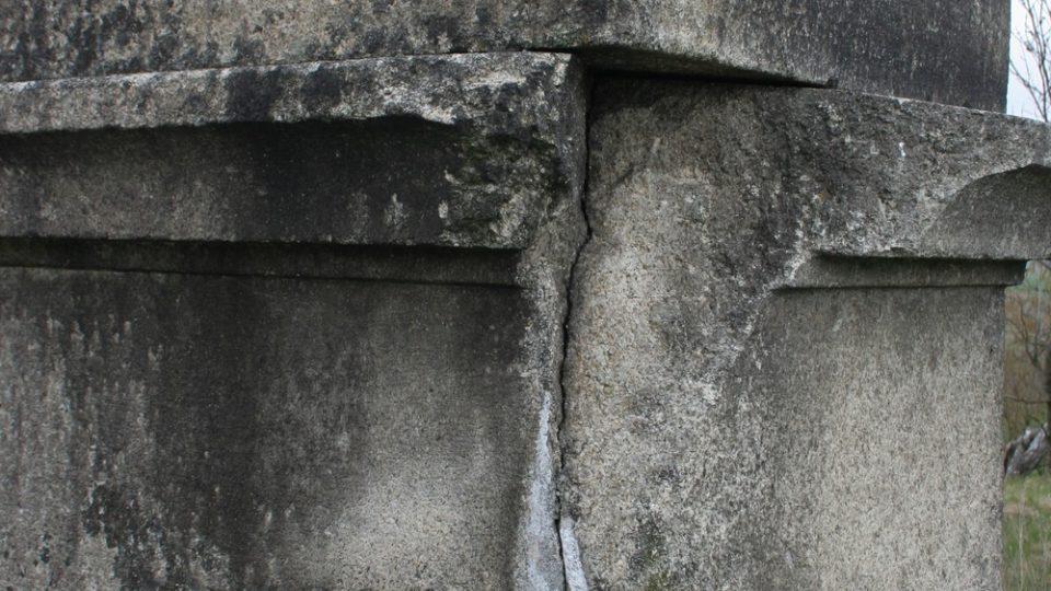 Detail kříže před opravou