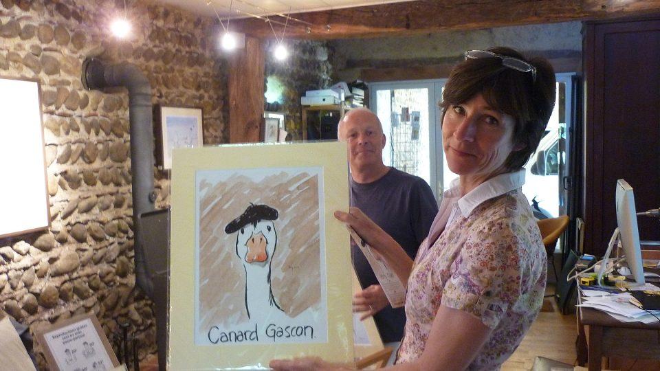 Anglický kreslíř kreslí obrázky z Tour de France