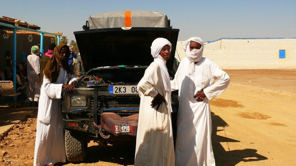 Andrea Kaucká a René Bauer - Súdán - Domorodci na kávě před malým krámkem u městečka Abri