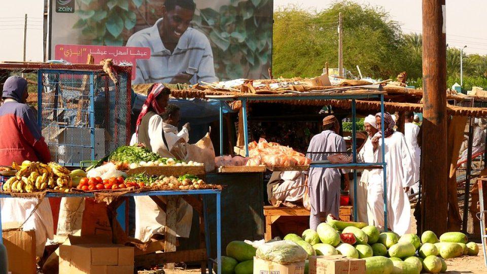 Andrea Kaucká a René Bauer - Súdán - Melouny a ostatní produkty na trhu v městě Karima poblíž Jebel Barkal