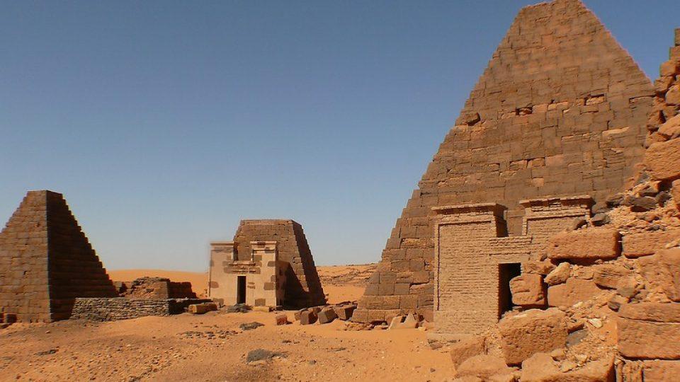 Andrea Kaucká a René Bauer - Súdán - Beragawiyah - Pyramidy Meroe - severní pohřebiště