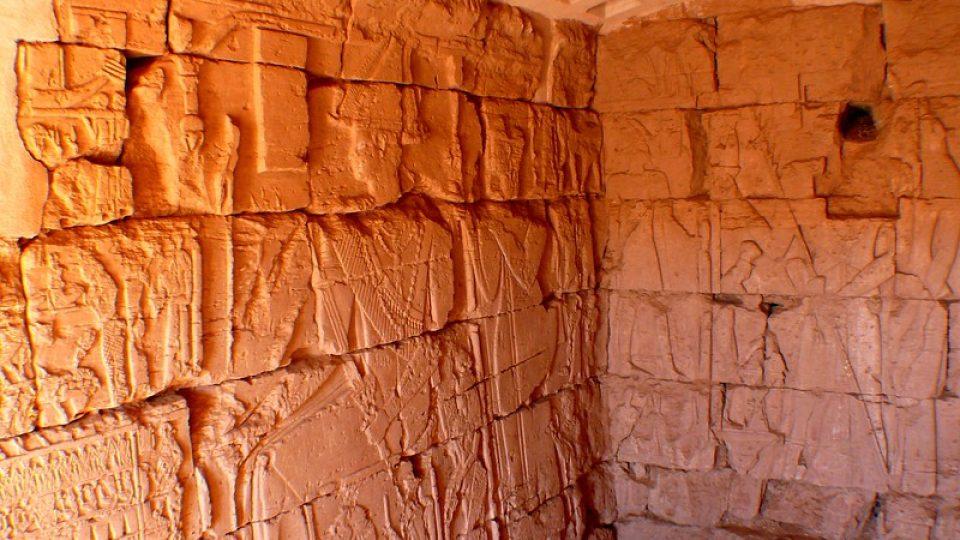 Andrea Kaucká a René Bauer - Súdán - Rytiny a reliéfní portréty v hrobkách pyramid Meroe