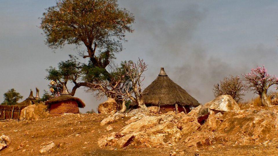 Andrea Kaucká a René Bauer - Súdán Předměstí Kadugli - tradiční stavení Ghotiya