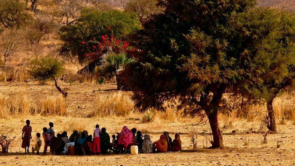 Andrea Kaucká a René Bauer - Súdán - Ve velkém horku se vesničani chladí ve stínu stromu