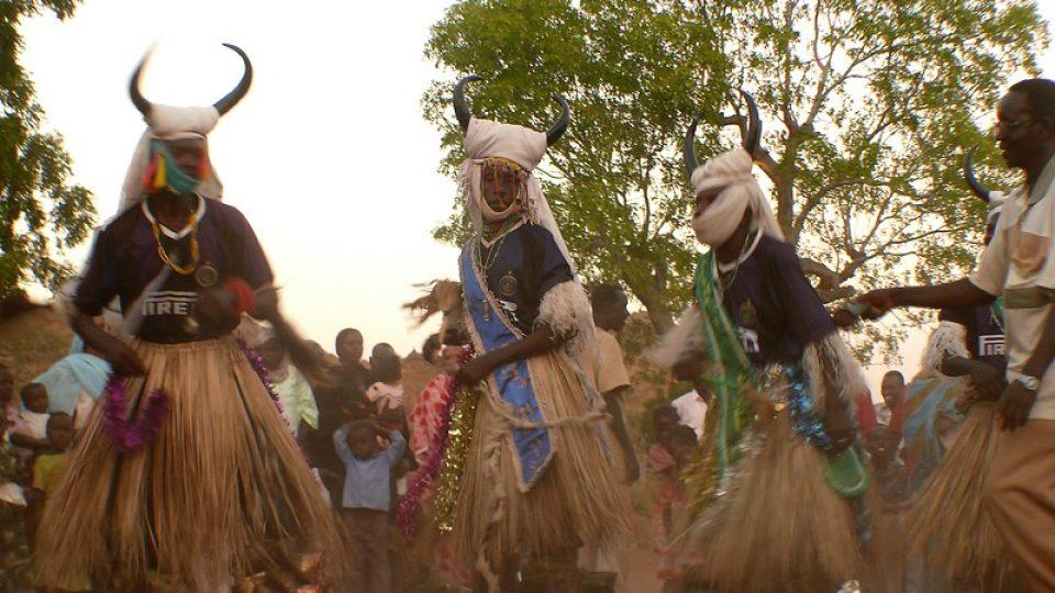 Andrea Kaucká a René Bauer - Súdán - Tradiční tanec kambala
