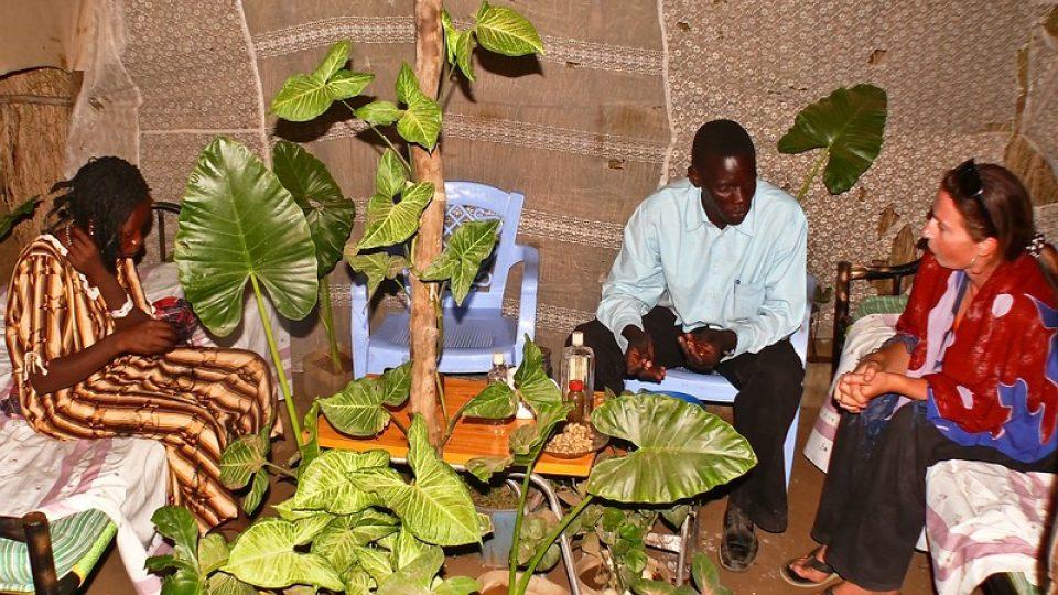 Andrea Kaucká a René Bauer - Súdán - V místním baru s naším průvodcem Jabirem